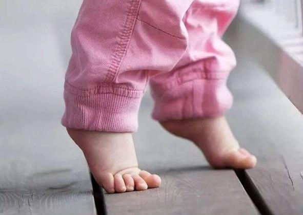 宝宝光脚_孩子经常光脚走路,对身体有好处吗?新手宝妈了解下,别