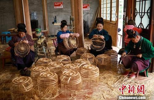 脱贫致富,妇女学习鸟笼编织技艺(资料图)。中新社发 黄晓海 摄