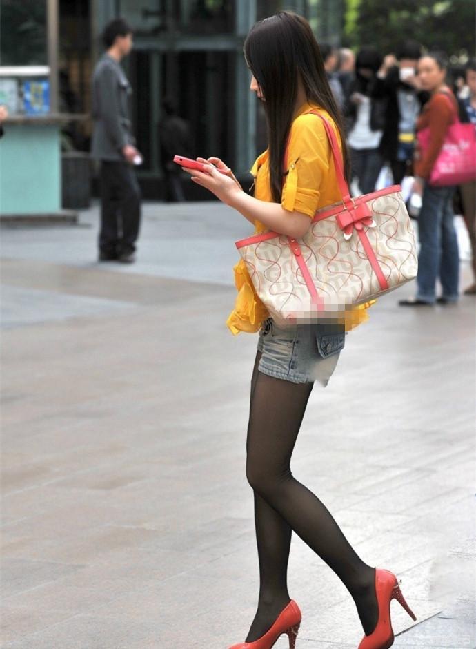 表妹的大鲍鱼_街拍牛仔超短裤黑丝小表妹, 年纪不大身材可不小