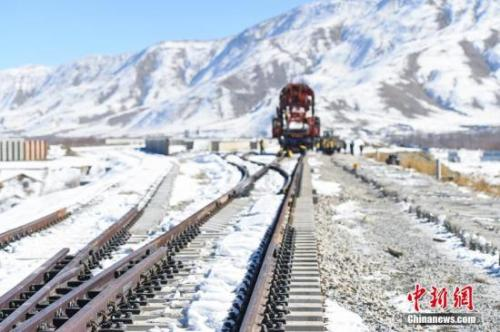 资料图:拉萨周围大面积降雪,川藏铁路拉林段贡嘎县境内施工现场气温骤降。中铁十一局的建设者们顶着严寒,在冰天雪地中持续铺轨施工。何蓬磊 摄