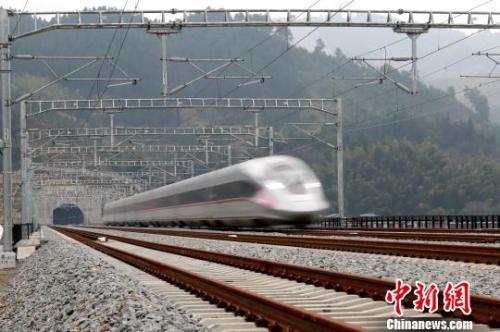 资料图:列车驶过怀衡铁路雪峰山隧道。通讯员 刘玉良