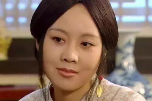 48岁闫妮瘦下来开挂,身材秒杀20岁沈月,白背心