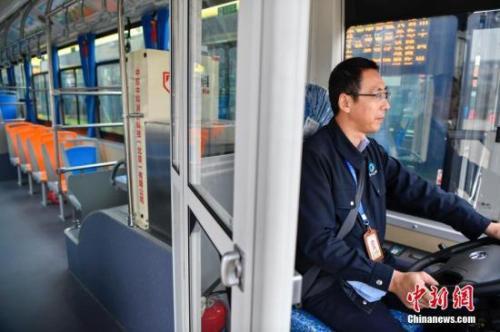 资料图:1月13日,海口市公交集团集中投放300辆新能源纯电动公交车,全部在驾驶区域配备安全防护隔离装置。中新社记者 骆?#21697;?摄