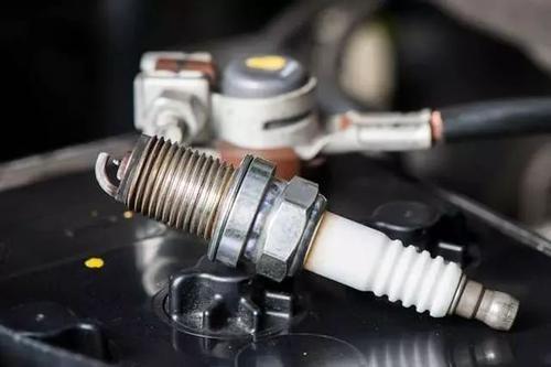 汽车出现这3种情况,说明火花塞要换了,以免损伤发动机!
