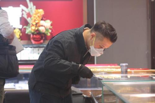 香港一劫匪疑持枪抢劫 金店遭劫走140万港元金饰