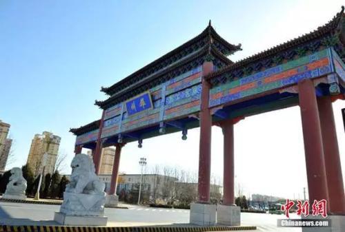 """图为雄安新区雄县的地标性建筑""""雄州牌坊""""。韩冰 摄"""