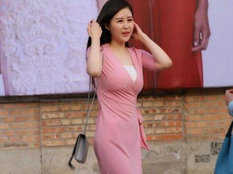 少妇粉色穴_日本街头35岁少妇,粉色长裙尽显女神气质,最后以为保养真好