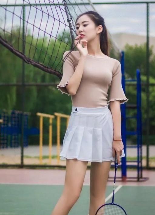 风骚黄色小�_街拍:美女身穿黄色碎花的吊带小短裙,勾勒出迷人的性感好身材!