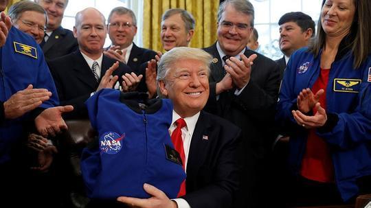姆斯特朗_特朗普惊人″脑洞″:2020年送人上火星无限预算|西姆斯|特朗普