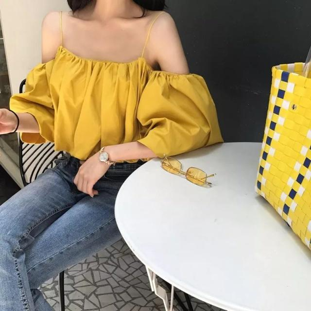 风骚黄色小�_黄色露肩装与浅蓝色的牛仔裤搭配起来,带着一丝甜美小性感的女人味