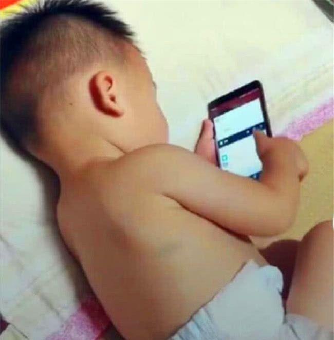 偷玩妈妈_妈妈去洗澡,2岁儿子立马偷玩手机,出来看到的画面妈妈