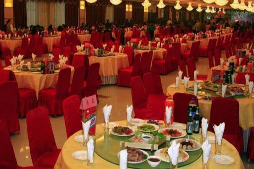 婚宴上,公婆安排有錢親戚坐主位,父母坐在接菜口,新娘當場退婚