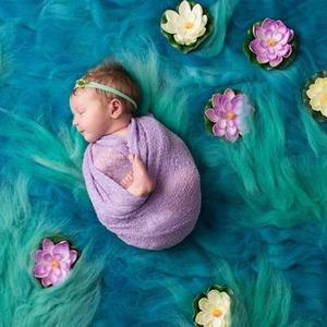 摄影师拍摄名画中的新生儿