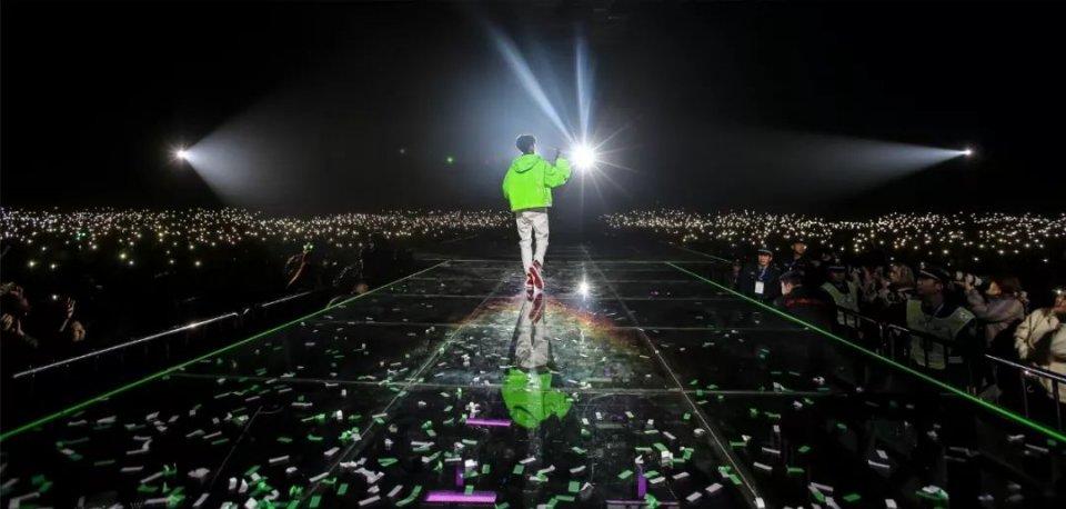 王源十八岁生日会照片_王源十八岁演唱会连换6套造型 和偶像林俊杰同台合唱