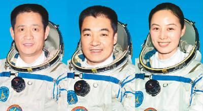 图为神舟十号飞走乘构成员聂海胜、张晓光、王亚平(从左向右)