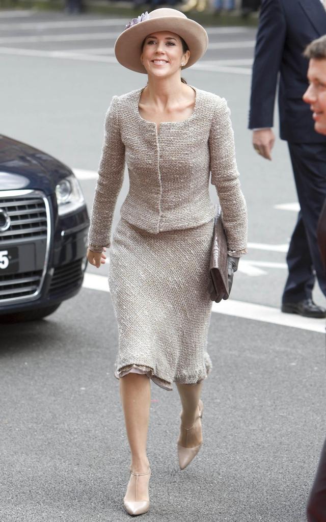 丹麦王储妃玛丽_46岁丹麦王储妃玛丽穿粗花呢半身裙,气质满分,优雅无敌