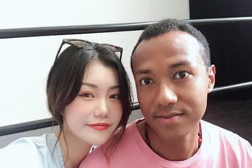 黑人大战中国女孩视频_唯一一个嫁给黑人拳王的中国人,3年后的两个孩子,惊艳