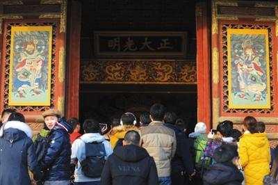 2018年12月21日,乾清宫门窗上已挂上门神。