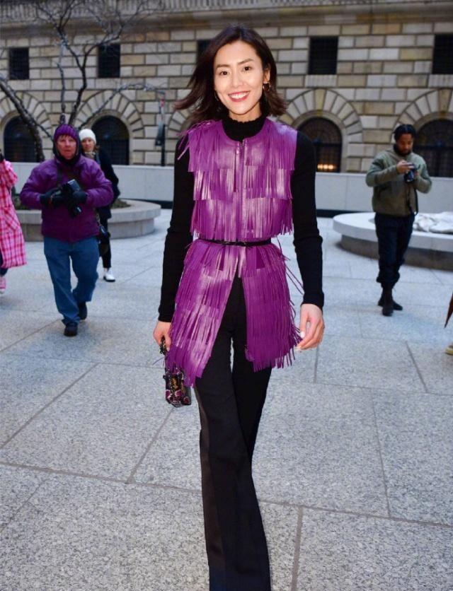 土味照片_刘雯亮相时装周,土味紫色马甲穿出时尚感,拍糊的照片更惊艳!