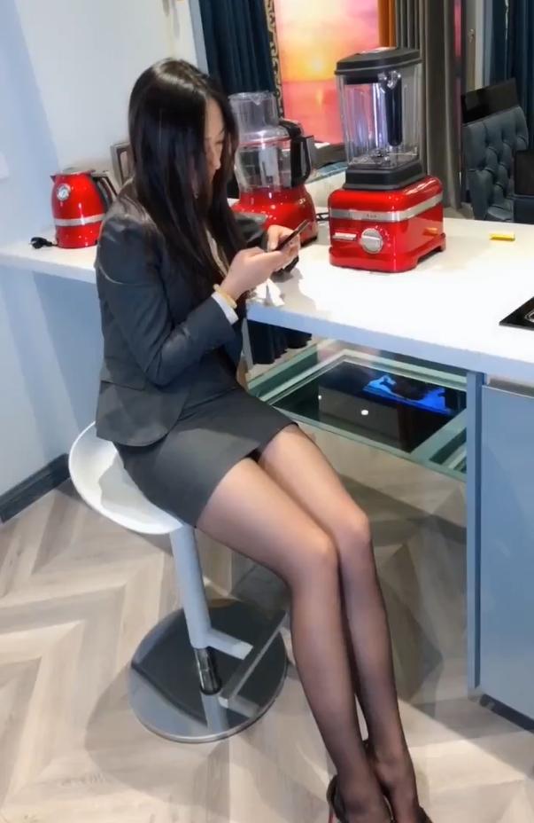 小女生穿丝袜_职场OL制服的搭配,给办公室带来一点女人味