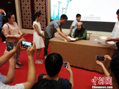 """资料图:台湾作家林清玄在山西太原和读者交流""""读书与生活""""话题。 李新锁 摄"""