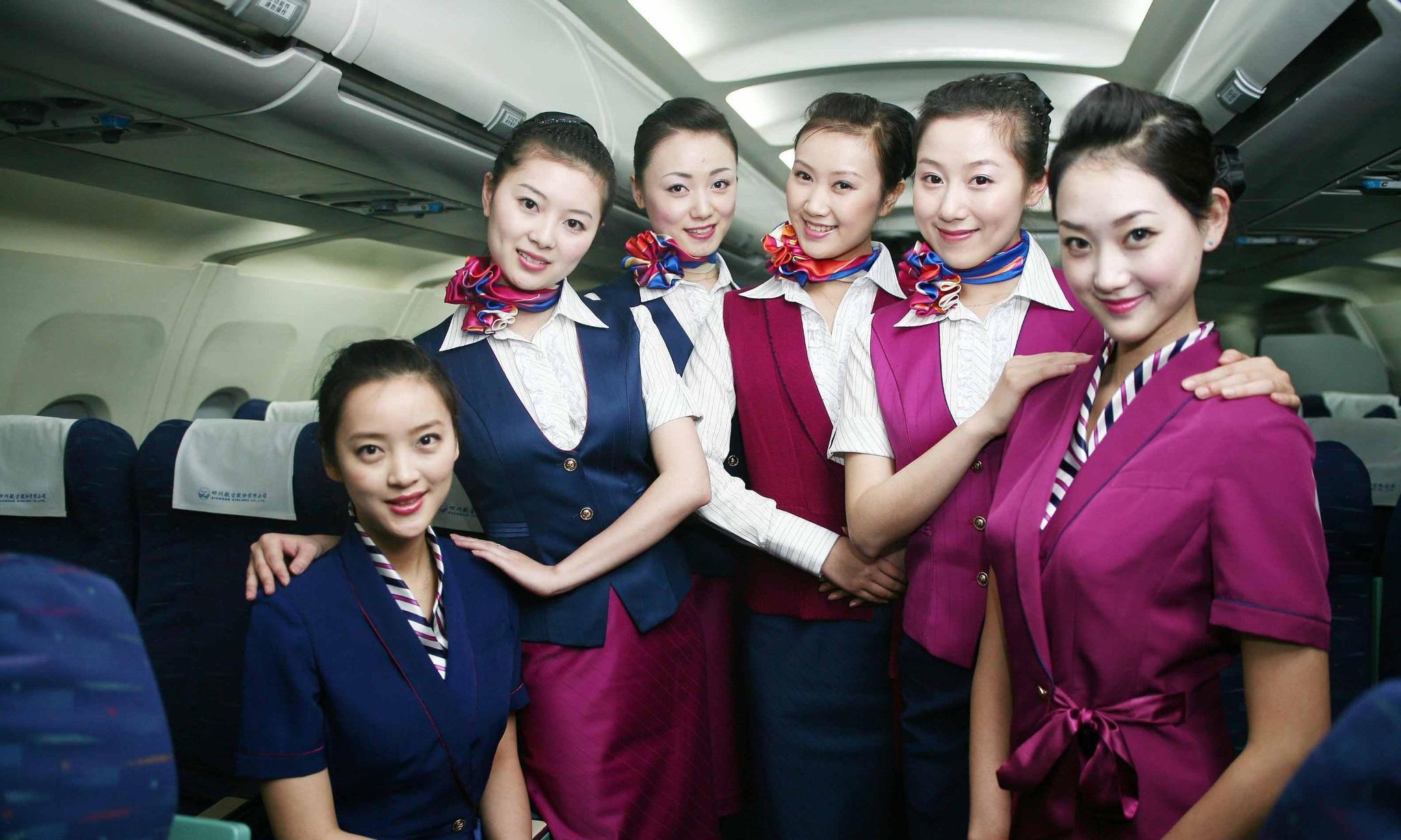 空姐脖子上的丝巾_为什么空姐脖子上总是戴着一根丝巾?说出来你可能不相信