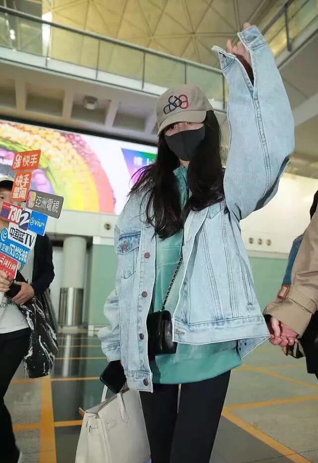 """杨幂""""思女成魔"""",一周内两次抵达香港探望小糯米,眼神略显憔悴"""