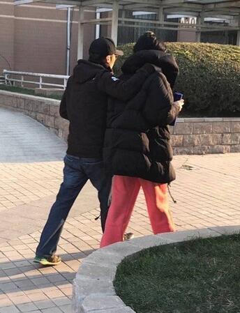 38岁谢霆锋陪50岁王菲出游,未化妆气质全无,网友:更像母子