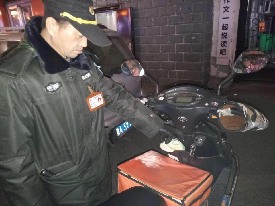 凌晨,郑州外卖小哥送餐忘拔钥匙,这名路人的做法很暖心