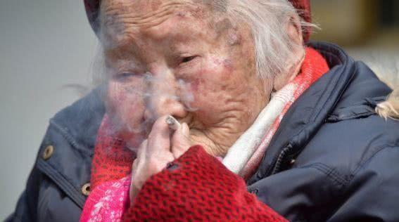 猛干性感老太太_活105岁老太太,爱好抽烟,麻将,吃零食,还有一个爱好遭