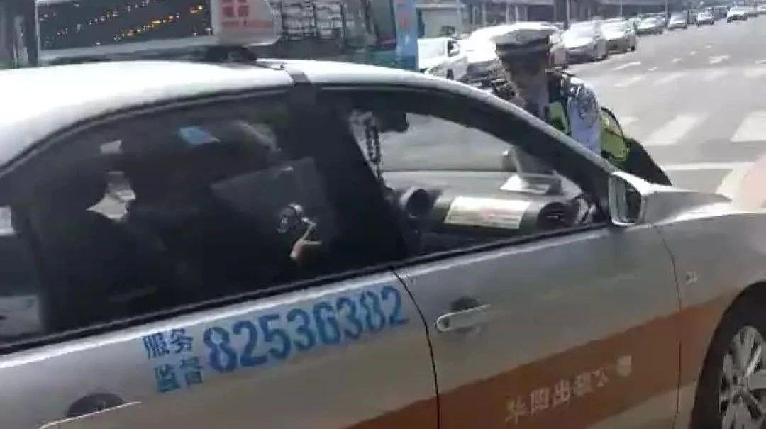 长春一辆出租车顶着交警开出十多米!交警被擦伤