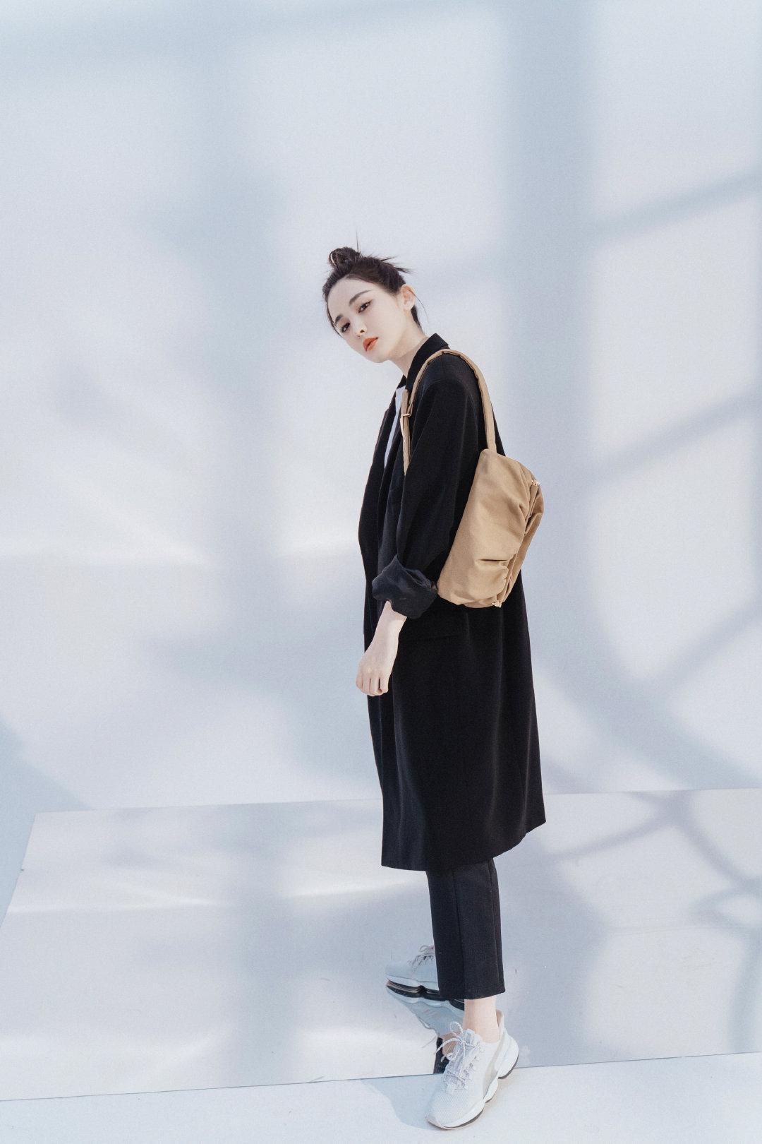 娜扎帅气演绎Bottega Veneta 2020春季系列The Body Pouch……