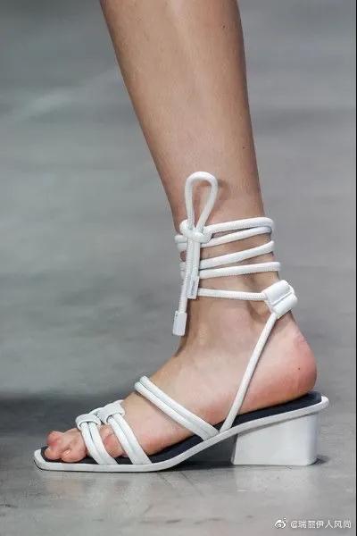 春夏秀场的潮流鞋子走起~~~绑带、方头、链条、有跟乐福款……