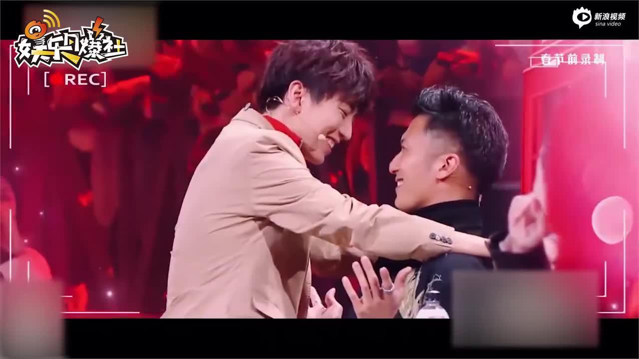 王俊凯突如其来壁咚谢霆锋隔着屏幕都在脸红心跳