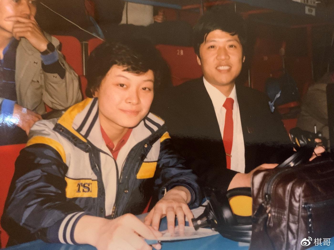作者1985年与何智丽在38届世界乒乓球锦标赛相符影