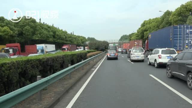青岛胶州一男子被卷入车底,众人合力抬车!生