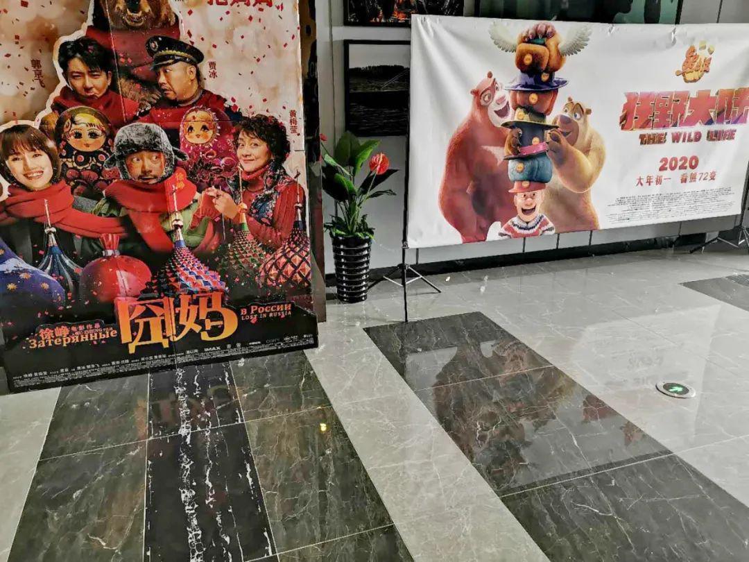 曾经人声鼎沸的电影院,还陈列着春节档的海报,现在地上蒙了一层灰。