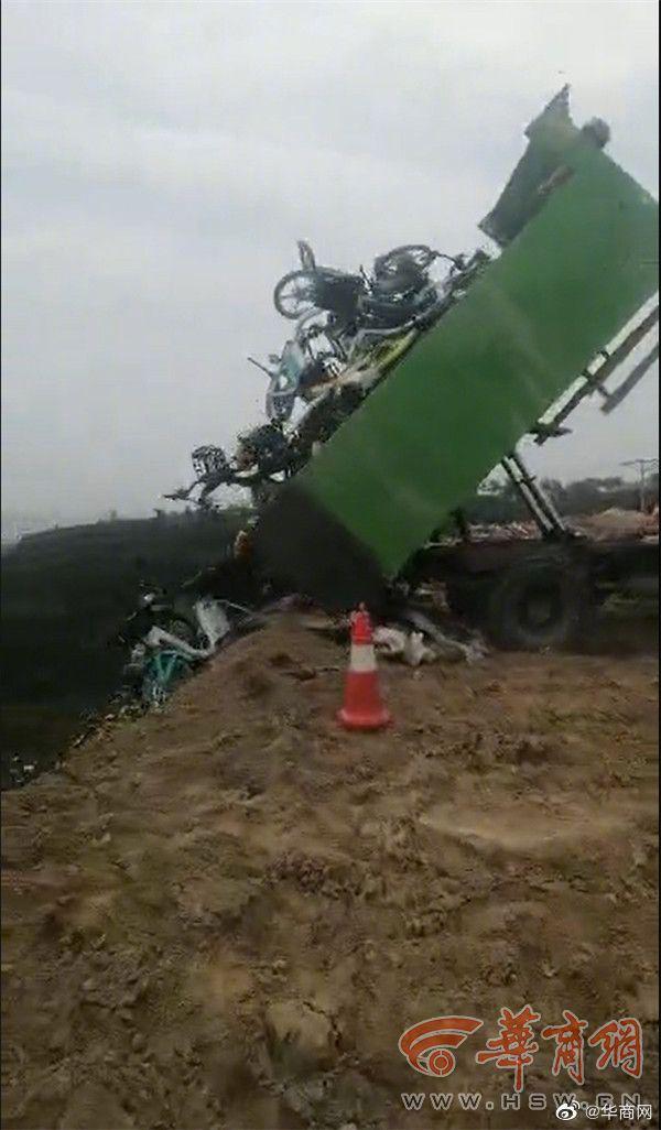 上百辆共享单车被当垃圾倾倒 城管:迫不得已