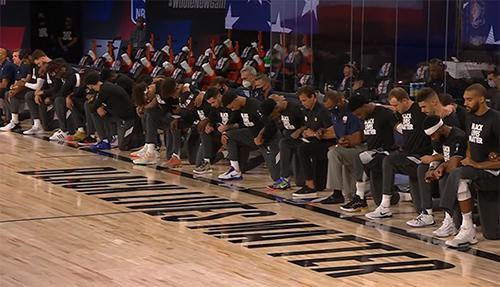 7月31日鹈鹕对爵士的NBA揭幕战中,球员在奏美国国歌时集体下跪 视频截图