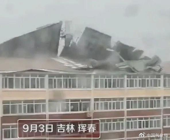 """9月3日,台风""""美莎克""""过境吉林,带来了强风雨,吉林珲春一房屋屋顶被风掀翻。"""