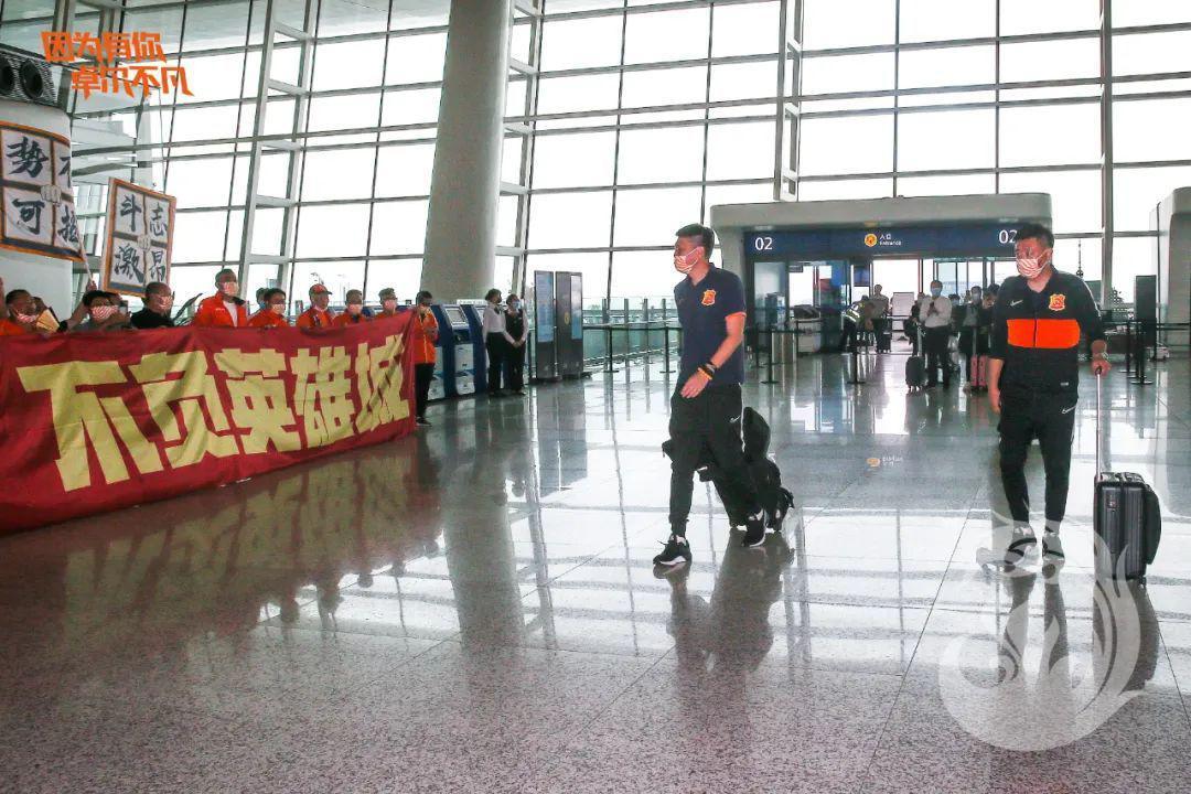 【博狗体育】卓尔启程赴大连数百球迷送行 喊出保卫武汉口号