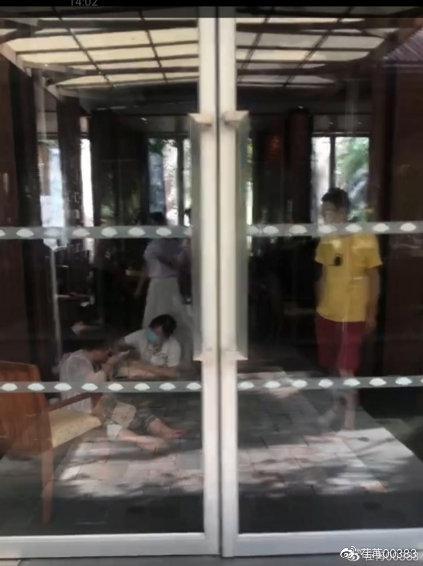 视频|网友带70多岁老母亲度假 在三亚文华东方酒店摔伤