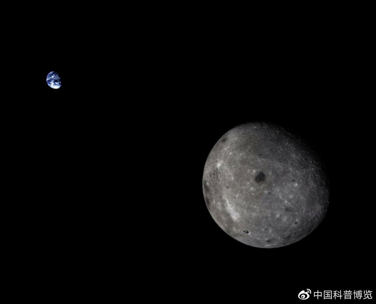 2014年10月发射的嫦娥五号T1试验器拍摄的地球和月球合影©国家航天局