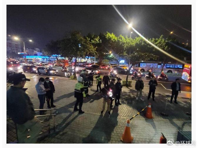 台湾中天电视台门口突发事件!男子点火自燃被送医