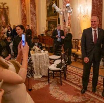 美国务院不顾疫情大办酒宴,还邀请了200人