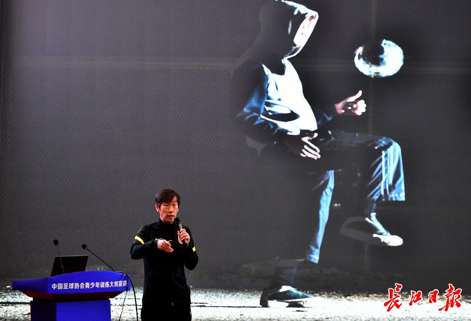 高洪波:中国足球跟国际潮流背离 就会大脚找外援
