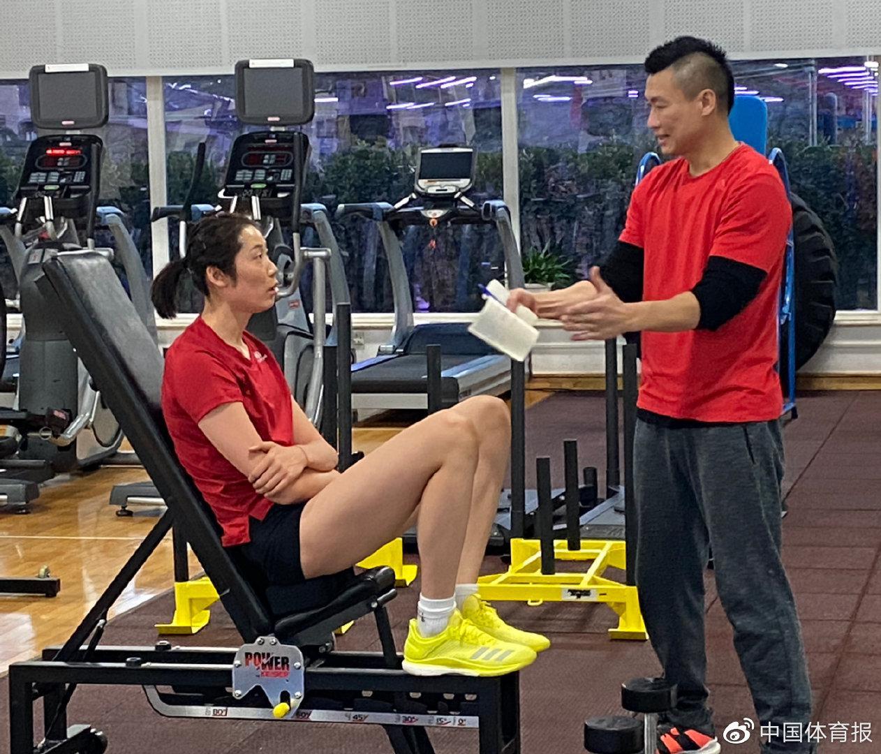 中国女排开启冬训苦练体能计划 朱婷正在进行肌肉力量练习