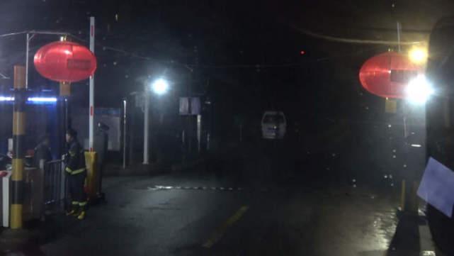 小区年初二凌晨发生火灾,消防车却被红灯笼挡在了大门外……