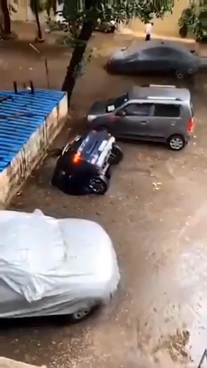 """印度孟买一汽车被停车场""""吞没"""""""