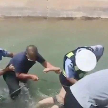 儿童落水命悬一线 交警跳水紧急救人 | 交警正能量